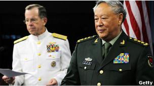 Đô đốc Mike Mullen tiếp Tướng Trung Quốc Trần Bỉnh Đức tại Ngũ Giác Đài hôm 18/05/2011: