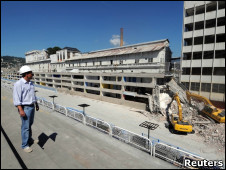Engenheiro supervisiona obras no Sambódromo do Rio, que receberá eventos esportivos (Foto: Reuters)
