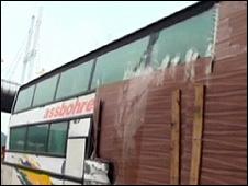 Proprietário usou tábuas e fita adesiva para reparos no ônibus