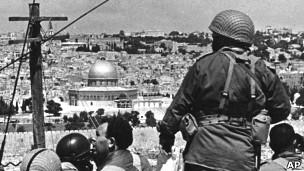 Fuerzas israelíes observan la Ciudad Vieja de Jerusalén en 1967