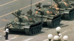 阻擋1989年北京長安街上坦克的勇者