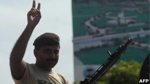 巴基斯坦军人庆祝战斗结束(23/05/2011)