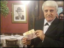 Santiago Bustamante, gerente do restaurante Chiquilín, no centro de Buenos Aires (Foto: Márcia Carmo)
