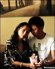 Jocelyn Edwards e o filho Jonathan, com a foto do marido morto