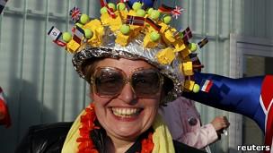 Mujer risueña y sombrero con banderas nacionales