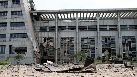 江西抚州临川区政府大楼爆炸现场满地碎片(中新社图片26/5/2011)