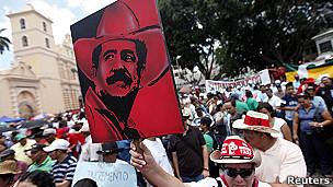 Pancarta de Manuel Zelaya.