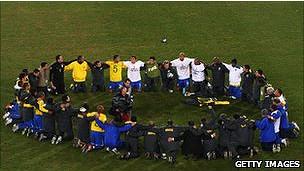 Fubolistas brasileños rezando