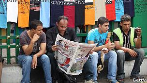 Egipcios sentados en la plaza de Tahrir.