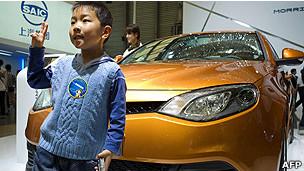 Un niño chino en una feria automovilística en Shanghai.