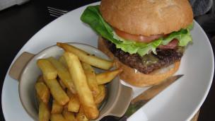 Hambúrguer com batatas fritas (BBC)