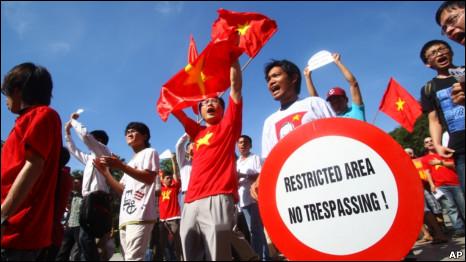 Biểu tình trước cửa đại sứ quán TQ