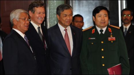 Bộ trưởng Phùng Quang Thanh cùng các bộ trưởng quốc phòng Philippines (bìa trái) và Malaysia (bên cạnh ông Thanh) tại Đối thoại Shangri-La 2011