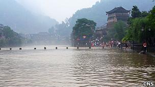 湖南著名的凤凰古城出现水灾(05/06/2011)