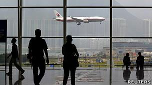 一架马来西亚航空公司波音777客机在香港国际机场降落(2/6/2011)