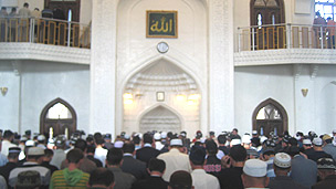 Warga Muslim sedang sholat