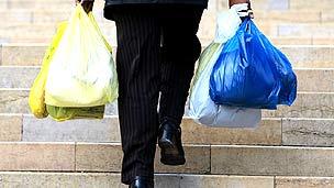 Hombre cargando bolsas de plástico
