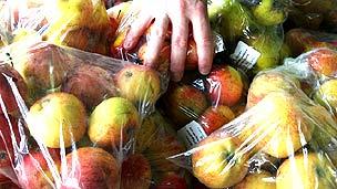 Manzanas en bolsas de plástico