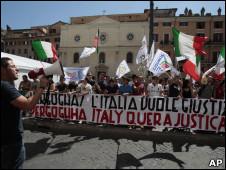 Manifestantes protestam contra libertação de Battisti nesta sexta-feira/AP