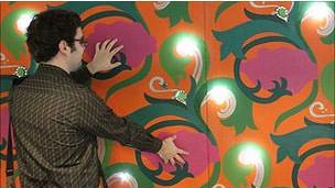 Un hombre juega con la pared