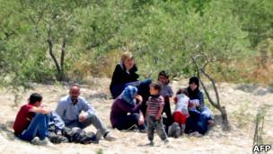 عائلة سورية في انتظار عبور الحدود التركية