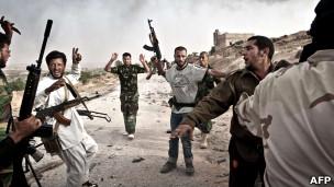 مقاتلون من المعارضة الليبية يطوقون عناصر من قوات القذافي/تصوير كولن سومرز