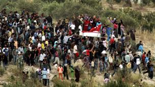 سكان جسر الشغور يتظاهرون ضد النظام