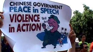 Một áp phích bằng tiếng Anh của người biểu tình chống TQ
