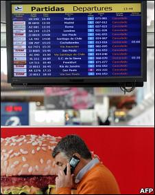 Passageiro sob monitor que mostra cancelamentos de voos na Argentina (Foto: AFP)