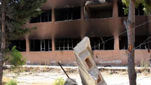 مبنى محترق في جسر الشغور
