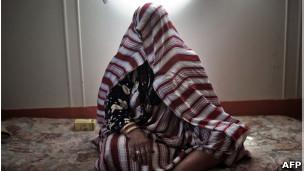 Líbia que fugiu da cidade de Brega por conta de confrontos (AFP)