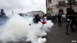 Protestos contra plano de cortes resultam em confrontos na Grécia