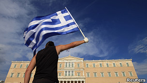Joven sostiene bandera de Grecia