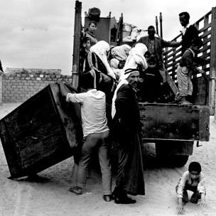 Palestinos deixam aldeia durante a guerra de 1948 (foto: cortesia Zochrot)