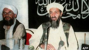 أسامة بن لادن (يمين) وخليفته أيمن الظواهري