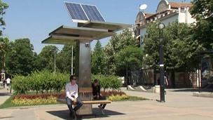 Carregador de celular movido a energia solar (BBC)