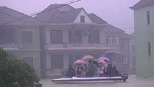 Chineses são resgatados de barco em meio à enchente