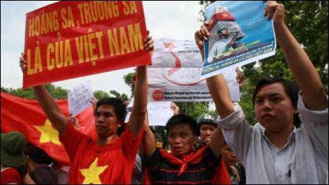 Biểu tình ở Hà Nội (ảnh Lê Tuấn Anh, lấy từ blog Nguyễn Xuân Diện)