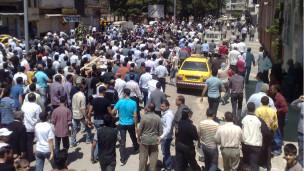 متظاهرون سورية يطالبون بالحرية وتغيير النظام