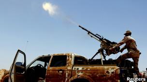 مقاتل من المعارضة الليبية