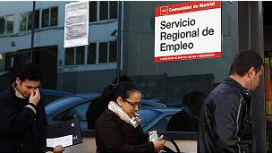 Cola  ante una oficina del Servicio de Empleo de España
