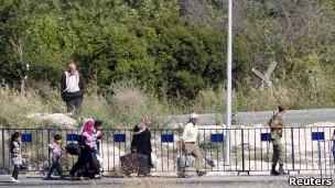 سوريون يعبرون الحدود