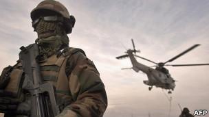 França segue EUA e anuncia retirada do Afeganistão