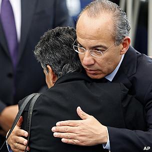 Felipe Calderón y madre de víctima de la violencia