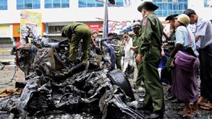 شرطي بورمي في موقع الانفجار في مدينة ماندالاي