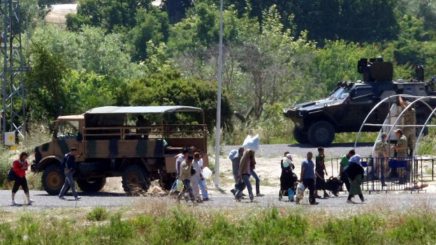 سوريون يعبرون إلى تركيا