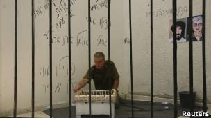 فلسطيني يمثل شاليط
