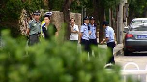 胡佳住所外经常有警察看守(资料照片)