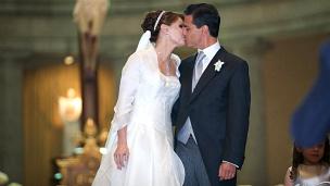 Enrique Peña Nieto, gobernador del Estado de México, con su esposa Angélica Rivera. Foto tomada de su sitio en Facebook