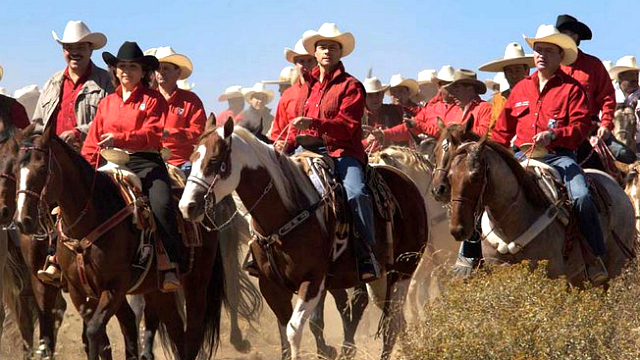 Enrique Peña Nieto, en el centro, gobernador del Estado de México. Foto tomada de su sitio en Facebook